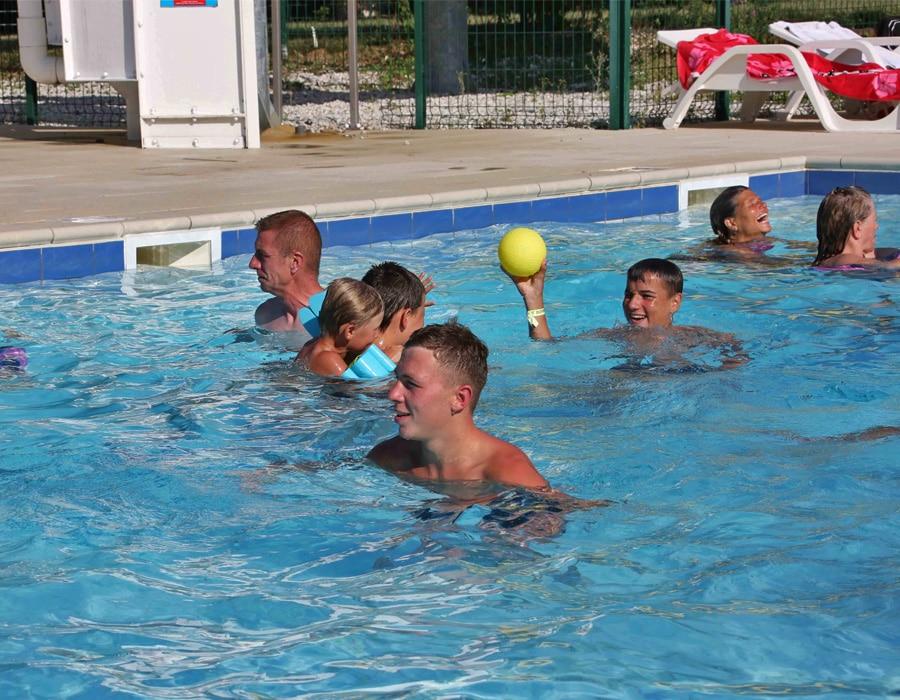 camping-le-moulin-des-effres-avec-piscine-jeux-aquatiques