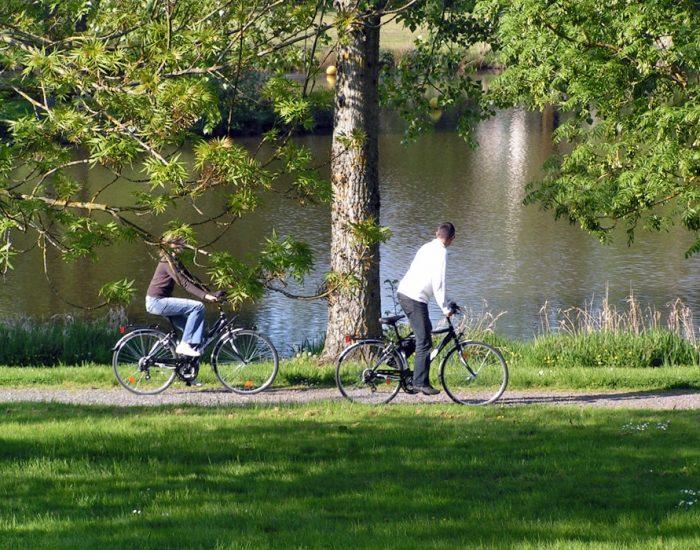 camping-le-moulin-des-effres-balade-vélos-autour-du-lac