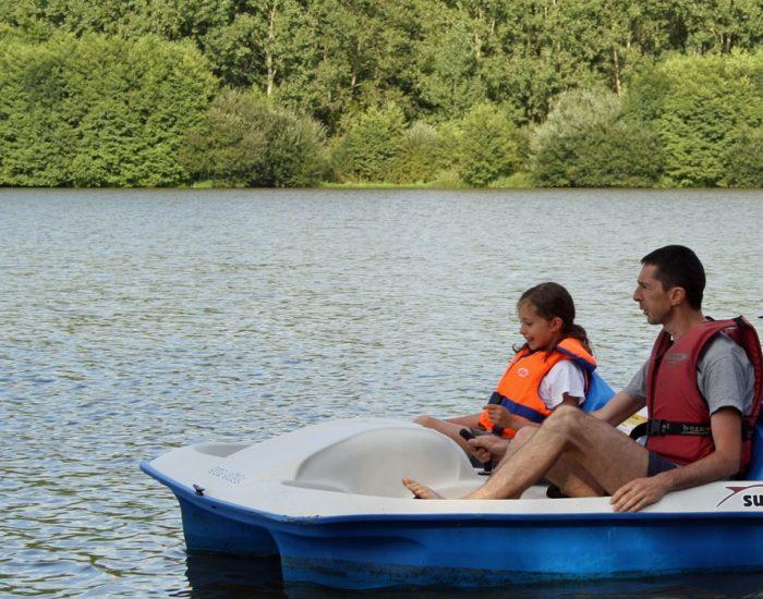 camping-le-moulin-des-effres-bord-du-lac-pedalo