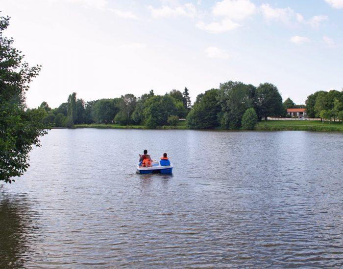 camping-le-moulin-des-effres-pedalo-bord-du-lac