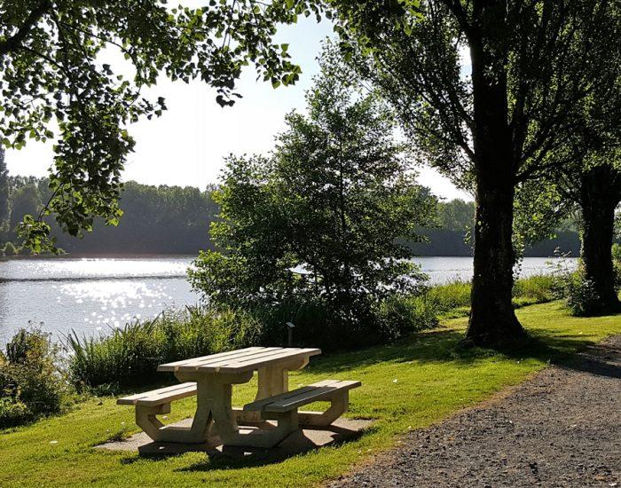 camping-le-moulin-des-effres-pique-nique-au-bord-du-lac
