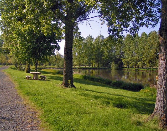camping-le-moulin-des-effres-promenade-long-du-lac